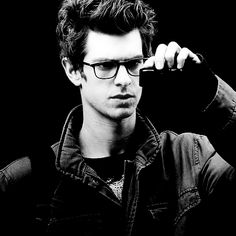 Again, Andrew Garfield. O-M-G-! So geeky with the lenses and camera. (Hope it's a camera)