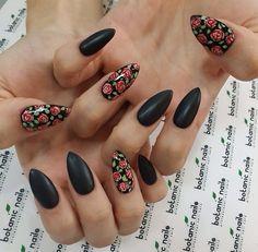 Uñas negras con flores
