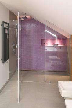 Skos z oknem w... kabinie... |  Łazienka na poddaszu - pomysły na kabinę pod skosami