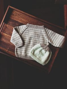 Ravelry: baby raglan sweater pattern by ela strickt ~ FREE Baby Sweater Patterns, Knit Baby Sweaters, Knitted Baby Clothes, Baby Knitting Patterns, Baby Patterns, Baby Knits, Crochet Jumper, Knit Crochet, Baby Outfits