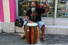 LE DERNIER GWO KA MAN DE POINTE A PITRE Le gwo ka est la musique traditionnelle de la Guadeloupe et ce musicien qui joue prés de la place du marché à Pointe à Pitre en perpétue brillamment la forme et l'esprit. Ne le ratez pas si vous passez dans ces...
