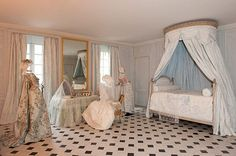 Marie Antoinette's bathroom in her private apartment in Versailles Palace after the 2011 renovation. Chateau Versailles, Palace Of Versailles, Marie Antoinette, Louis Seize, Luis Xvi, Bed Crown, French Bed, Dream Furniture, French Chateau