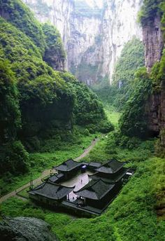 Temple à Wulong Natural Rock Bridges – Japon Places To Travel, Places To See, Travel Destinations, Places Around The World, Around The Worlds, Beautiful World, Beautiful Places, Amazing Places, Cultural Architecture