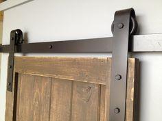 porte coulissante grange en bois et mécanisme en acier: gros plan