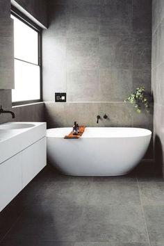Antraciet moderne badkamer inrichting inspiratie met zwarte kranen en vrijstaand bad. Heerlijke stoere badkamer met veel licht en heel strak badmeubel. Shop de zwarte kranen door op de foto te klikken.