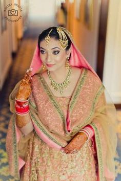 The most unique & gorgeous lehenga dupatta draping styles that'll amp up your entire wedding look. Learn how to drape lehenga dupatta in different styles. Easy and simple ways to drap a lehenga dupatta to look more stylish. Golden Bridal Lehenga, Sabyasachi Lehenga Bridal, Bridal Lehenga Online, Bridal Dupatta, Lehenga Dupatta, Pink Lehenga, Indian Wedding Fashion, Indian Bridal Wear, Indian Fashion