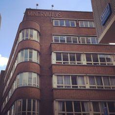 Ik hou van de minimalistische letters van het Minervahuis in Rotterdam, gebouwd in 1937-1938 naar een ontwerp van architect Hendriks. Rotter...
