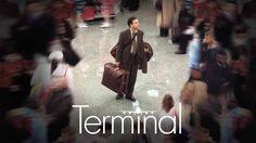 """Terminal (2004) Lektor PL – HD 1080p cały film online na Video Penny za darmo - """"Terminal"""" opowiada historię Viktora Navorskiego (Tom Hanks), pochodzącego z Europy Wschodniej turysty, który chce odwiedzić Nowy Jork. W czasie, gdy Navorski leci do Ameryki, w jego ojczyźnie dochodzi do zamachu stanu. Uwięziony na lotnisku Kennedy'ego, z paszportem znikąd, Viktor nie może legalnie przedostać się na teren Stanów Zjednoczonych i zmuszony jest dniami i nocami koczować w hali tranzytowej…"""