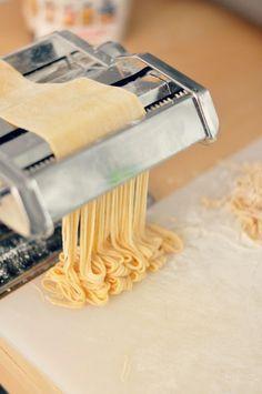 Mi auto-regalo de reyes tardío ha sido una máquina de estirar y cortar pasta. Navegaba por Amazon y no me pude estar (oye, que estaba de ... Pasta Fresca Recipe, Pasta Recipes, Cooking Recipes, Make Your Own Pasta, Pasta Maker, Fresh Pasta, Pasta Noodles, Ravioli, Food Photo