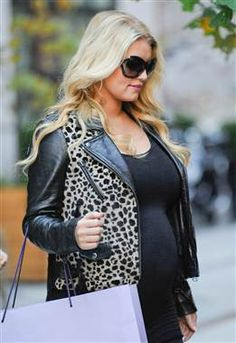 E! reports that Jessica Simpson and baby daddy Eric Johnson  have accepted a deal to publish the first photos of their baby girl, Maxwell, for a $850,000.