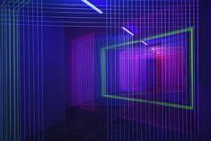 UV光を反射する糸で作られた、韓国のアーティストJeongmoon Choiさんによる光の線の3Dインスタレーション作品の紹介