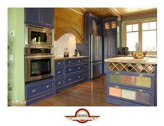 Armoire de cuisine de couleur bleu Provence avec les façades de tiroirs décoratives de pâtes fraîche.