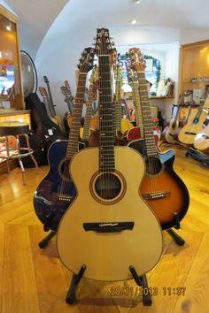 Bom dia! Procura uma guitarra acústica? Visite-nos na loja, na Rua da Oliveira ao Carmo, 2 em Lisboa, ou faça a sua escolha em www.salaomusical.com