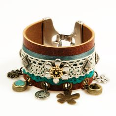 Leren armband - bruin, groen - gypsy, hippie, western stijl - kant - bedels - Swarovski Crystal. €48,95, via Etsy.