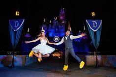 Sabia que é possível fazer seu casamento na Disney? Clique para ver os pacotes e valores! Na foto, noivos em frente a um castelo de noite (e usando pantufas do Mickey).