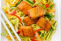 Teriyaki-Lachs mit Nudeln - Rezepte - Slimming World - Slimming Eats, Slimming World Recipes, Salmon Recipes, Fish Recipes, Slimming World Free Foods, Salmon Stir Fry, Cooking Recipes, Healthy Recipes, Noodles