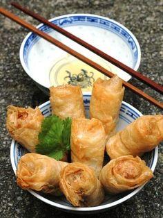 oeuf, nuoc mam, oignon blanc, champignon noir, germes de soja, galettes de riz, porc, ail, carotte, vermicelles de riz