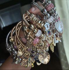 Bangle Bracelets With Charms, Cute Bracelets, Ankle Bracelets, Cute Jewelry, Body Jewelry, Jewelry Accessories, Jewelry Design, Bling, Bracelet Designs