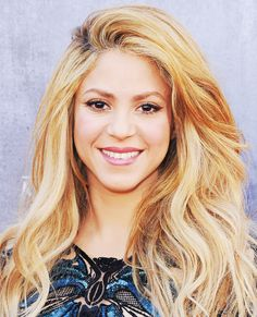 Long Celebrity Hairstyles - Shakira from (Love the loose waves! Blonde Haircuts, Long Bob Hairstyles, Celebrity Hairstyles, Hairstyles With Bangs, Trendy Hairstyles, Lady Gaga, Shakira Hair, Bangs For Round Face, Quinceanera Hairstyles