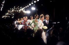 Yves Saint Laurent entouré de ses mannequins lors du final d un défilé.  Janvier 1994/Haute couture été 1994. Getty Images.