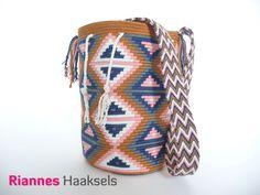 Wayuu mochila 'Driehoek', het haakpakket is verkrijgbaar via http://rianneshaaksels.nl/57-wayuu-mochila-driehoek :D  #haken #RiannesHaaksels #Wayuumochila