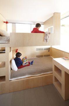 Aménagé dans les années 1960, cet appartement à la montagne était un modèle de fonctionnalité. Les architectes de l'agence h2o l'ont remanié avec des formes organiques et aménagements gain de place. Les enfants ont vu sur la montagne.