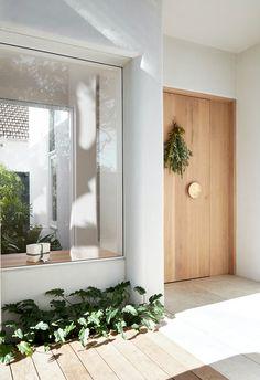 Modern Front Door, House Front Door, Home Front Door Design, Front Doors, Timber Front Door, Entrance Design, Mcm House, Facade House, Design Entrée