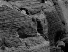 Depois de mais de 50 anos de sigilo total desde o início de nosso programa espacial, a principal agência espacial (NASA), finalmente começa a disponibilizar em seus sites a totalidade de imagens obtidas durante suas missões à Lua, Marte e outros pontos de nosso Sistema Solar. Estas fotografias documentam uma realidade inacreditável