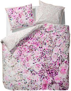 Liebliche Bettwäsche »Coral« aus dem Hause Esprit Home. Kuscheln Sie sich in dieses romantische Bettwäsche-Design und Sie werden entspannte Nächte verbringen. Die Vorderseite der Wendebettwäsche wird von pinken und rosanen Punkten und Blüten verziert, die Wendeseite besticht eher mit pastelliger Zurückhaltung. Auch sehr hübsch: die rosane Paspel, die sich um den Kissenbezug und den Bettbezug sä...