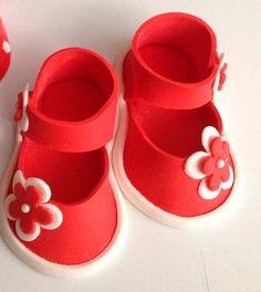 red daisy Fondant shoes cake toppers by Ninettacakes on Etsy Fondant Baby Shoes, Fondant Flower Cake, Fondant Bow, Fondant Toppers, Fondant Cakes, Ruffle Cake, Handbag Cakes, Purse Cakes, Fondant Figures Tutorial