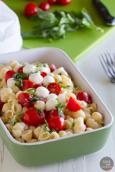 Busy day? Jazz up your mac and cheese with tomatoes, mozzarella and basil in this really easy Caprese mac and cheese.