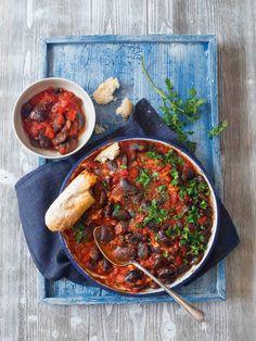 Původem řecké jídlo, které se obvykle připravuje z obřích bílých fazolí zvaných gigantes a z čerstvých rajčat. My jsme zvolili černostrakaté, které po uvaření trochu vypadají jako mušle slávky a mají hrubší slupky. A protože čerstvá rajčata nejsou v zimě nic moc, snad vyjma třešňových, sáhli jsme po konzervovaných. Chana Masala, Healthy Cooking, Curry, Ethnic Recipes, Curries