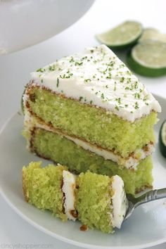 Cake Easy Lime Cake with Cream Cheese Frosting is so simple and tastes amazing. Amazing and flavorful cake.Easy Lime Cake with Cream Cheese Frosting is so simple and tastes amazing. Amazing and flavorful cake. Lemon Desserts, Just Desserts, Delicious Desserts, Dessert Recipes, Desserts Citron, Key Lime Desserts, Plated Desserts, Lemon Cake Mixes, Limes