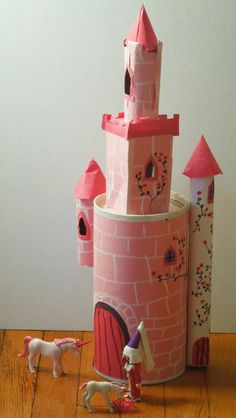 Learn how to create a DIY cardboard castle for kids. With these free printable resources, you and your children can build a cardboard castle. Recycled Art Projects, Projects For Kids, Diy For Kids, Crafts For Kids, Arts And Crafts, Cardboard Castle, Cardboard Crafts, Ben E Holly, Castle Crafts