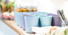 Die schicken Porzellanbecher der Designerinnen POLKA gibt's im Vöslauer Design Shop.