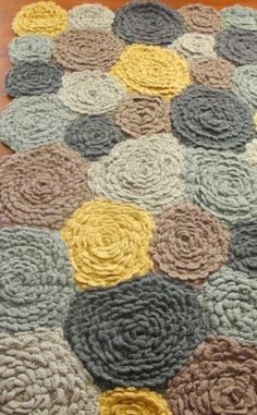 Do this as a rag rug. Crochet Flower Rug // So I was trying to think of a way to make a rug with yarn using a braiding technique that I have used to make coasters in the past. This shall be my inspiration. Crochet Home, Crochet Crafts, Yarn Crafts, Hand Crochet, Diy Crafts, Crochet Rugs, Knitted Rug, Crochet Carpet, Crochet Granny