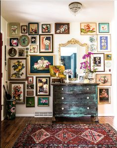 A gallery wall, or any large wall that displays an art collection is more than a. A gallery wall, or any large wall that displays an art collection is more than a trend in home decor. Where did the idea for the gallery wall come fro. Vintage Home Decor, Diy Home Decor, Vintage Apartment Decor, Vintage Bedroom Decor, Vintage Wall Decorations, Living Room Vintage, Rustic Bedroom Furniture, Vintage Homes, Vintage Interior Design