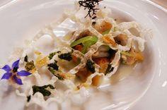 DSC03508Fisherman's net:海膽,蚌殼,鮮貝先碳燒過,調以海鮮醬汁與海鮮燉飯,上面附上一片米製的半透明網狀,模仿漁夫網捕蚌殼的情境。每種海鮮的火候準確,滋味鮮甜,海鮮醬汁帶來更深沉豐厚的海味。