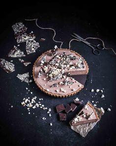 Tämä helppo suklaamousse-piirakka tarvitsee vain 4 raaka-ainetta! Superhelppoa! Resepti löytyy blogista! Liivatetta eikä uunia tarvita ollenkaan. Lisää hieman suklaata ja popcorneja koristeeksi. #kakut #kakkureseptit #suklaakakut #suklaapiirakka #ruokavalokuvaus #ruokastailaus #cakerecipes #chocolatecakes #pierecipes #foodphotography #foodstyling Easy Chocolate Mousse, Kermit, 4 Ingredients, Popcorn, Recipes, Recipies, Ripped Recipes, Cooking Recipes