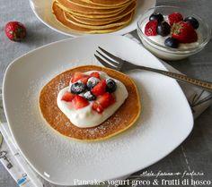 Pancakes con crema allo yogurt greco e frutti di bosco, facilisisme, veloci, deliziose e golose frittelle per tutte le occasioni.