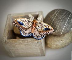 Купить Искатель Рассвета - бежевый, золотистый, синий, голубой, рыжий, персиковый, брошь-бабочка