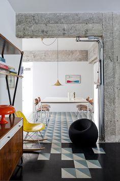 """Salpicado - AD España, © Filippo Bamberghi """"El suelo de baldosas contrasta con el parquet negro. Trae un poco de color pero de una manera muy elegante"""", explica el arquitecto."""