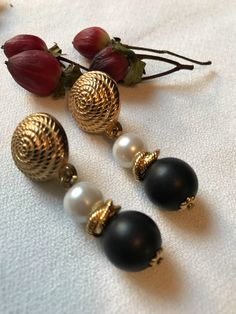 Classy & Sophisicated VINTAGE 80's 90's Black & White and Gold Rope Pearl Beaded Dangle Earrings with a touch of that 80's retro Deco modern style - tres chic & glamorously back in style 🌟 They measure approximately 3/4 x 2 Very nice fashion earrings in excellent vintage condition.