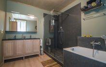 Klassieke badkamer met inloopdouche