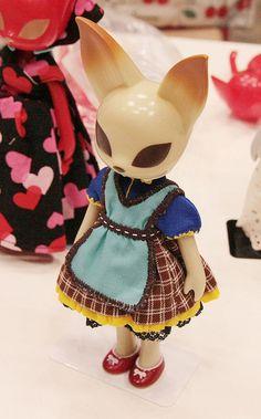 Cat figurine in a little dress. ワンピース着ている猫フィギュアー  Tokyo, Japan