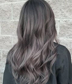 Aschbraun ist der neue Haarfarben-Trend 2018 Ash Brown is the new hair color trend 2018 Ash Gray Hair Color, Grey Brown Hair, Ombre Hair Color, Brown Hair Colors, Hair Colour, Ash Blue Hair, Cool Tone Brown Hair, Ash Brown Ombre, Ashy Hair