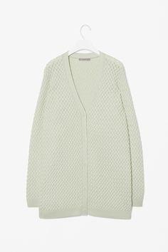 """En god og varm lang cardigan i god kavlitet (fx 100 % uld). Fx denne """"Structured knit cardigan"""" fra Cos (bruger str. S, når det er tøj fra Cos ellers str. M) - kan købes på hjemmesiden."""