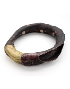 "Catalina Brenes - Costa Rica -""Bracciale Agosto"" - ""Nature is our constant reminder of now, of today. Growth, death and rebirth.Realizzato in shibuichi e ottone - Collezione Privata ""Rising objects"" by Su Yip - Arizona (Usa)"