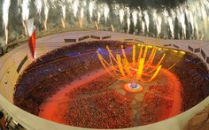 Fuegos artificiales iluminan el cielo al final de la ceremonia de clausura y entrega de los Juegos Olímpicos de Beijing 2008