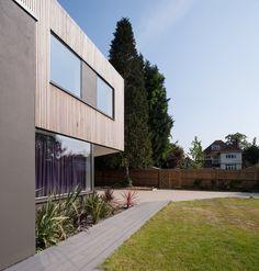 lamas de madera utilizadas en algunas zonas de la fachada de la Casa de Cuña construida en Thames Ditton Surrey por SOUP Architects Ltd.